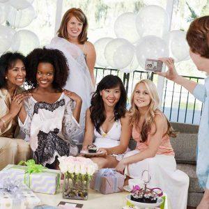 Gli amici si fotografano durante la festa di nozze