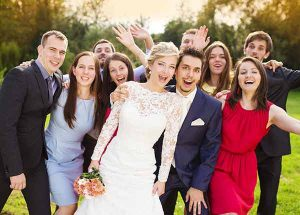 Fotografia del gruppo di amici insieme agli sposi