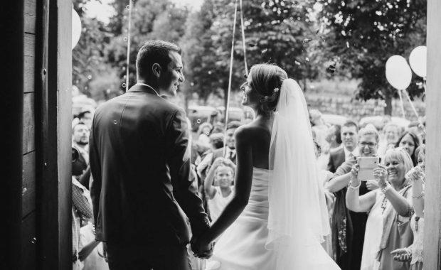 Gli sposi escono dalla chiesa tenendosi per mano