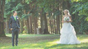 Ritratto degli sposi nel bosco durante il matrimonio
