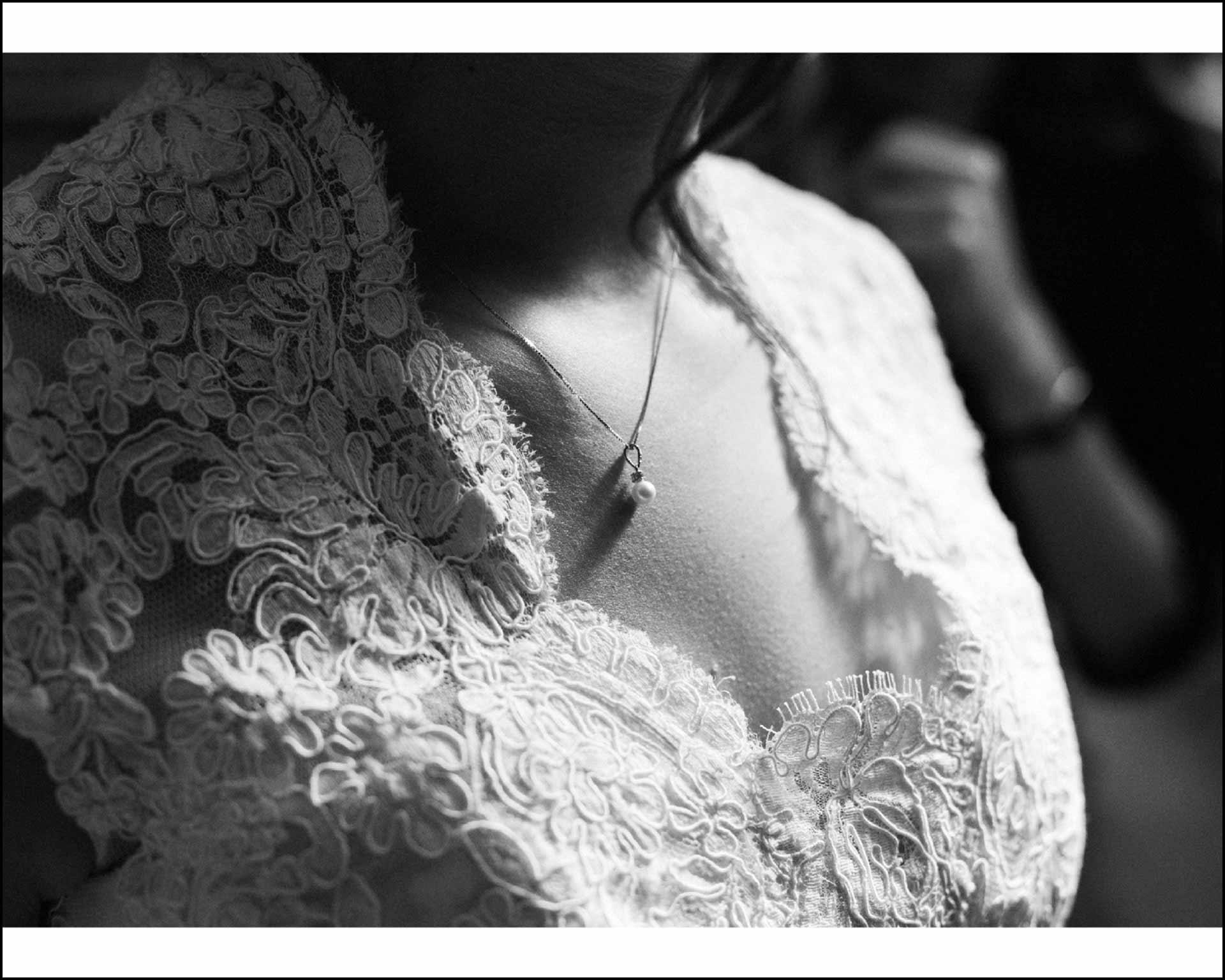 Dettaglio del decollete della sposa