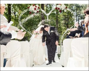 Gli sposi in una nuvola di riso alla fine della cerimonia