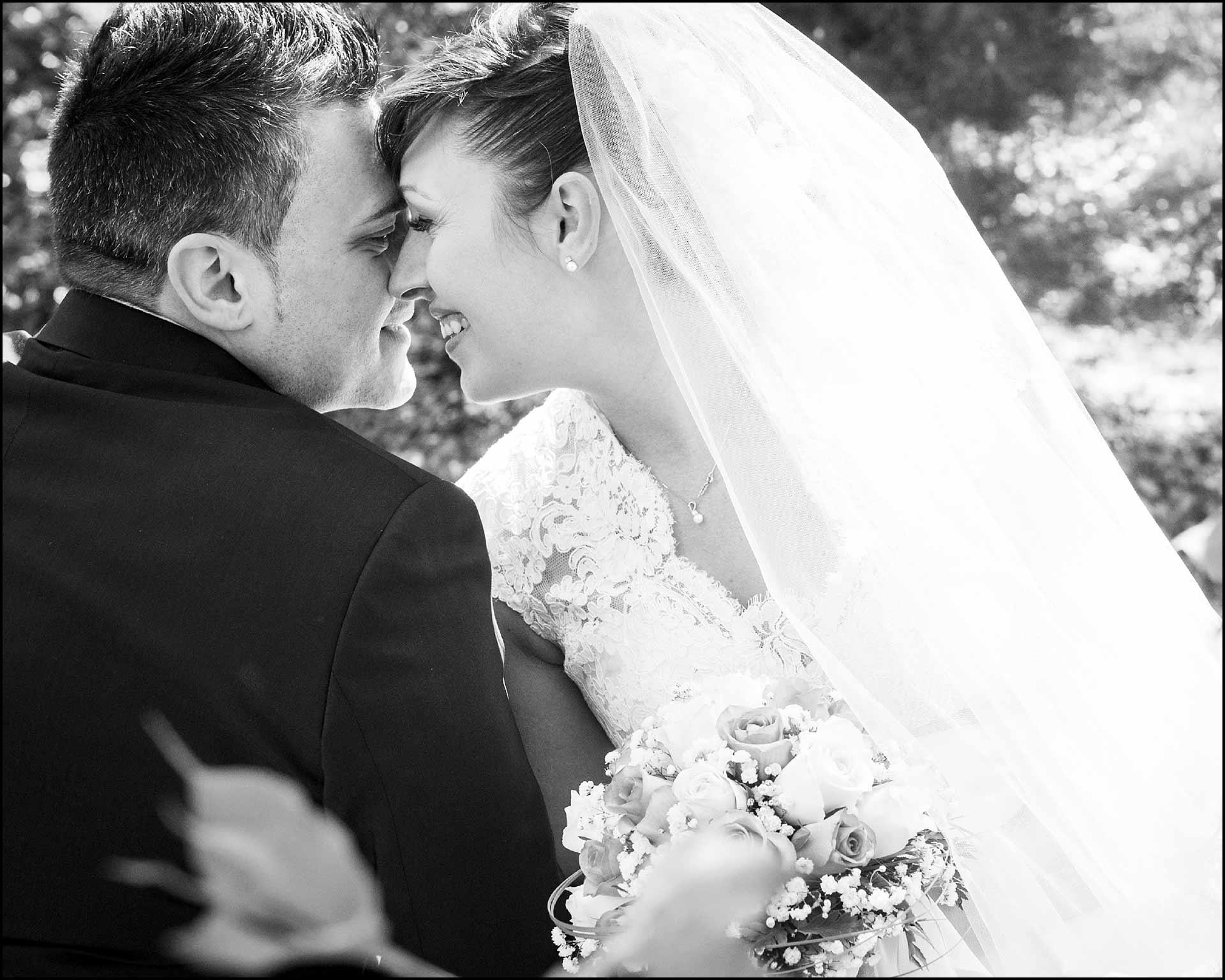 Scanbio di tenerezze degli sposi