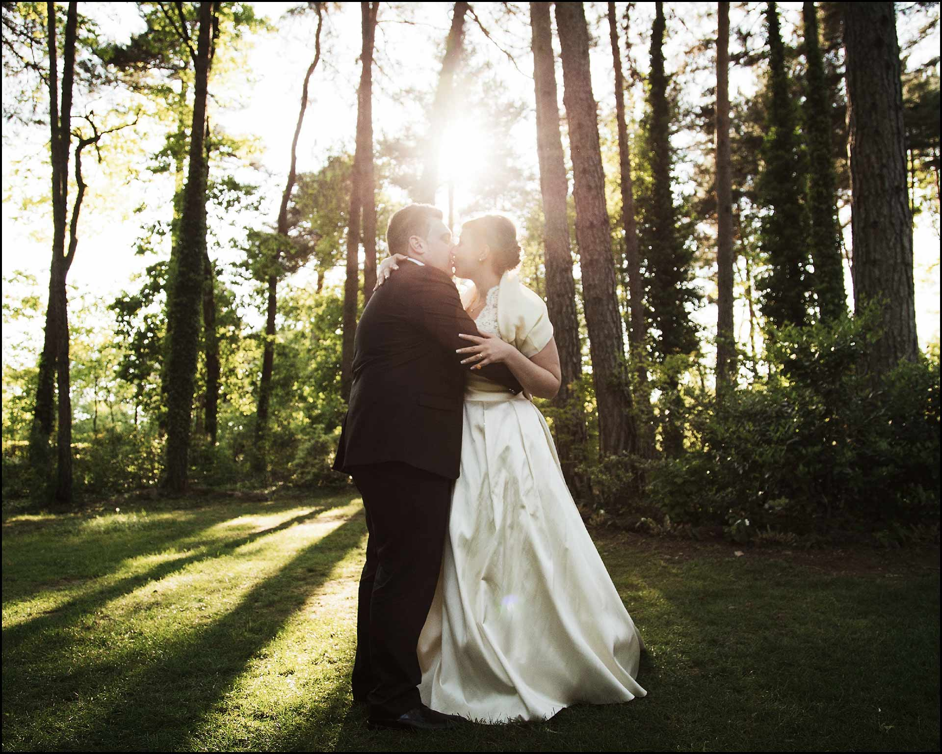 Sposi che si baciano nel parco