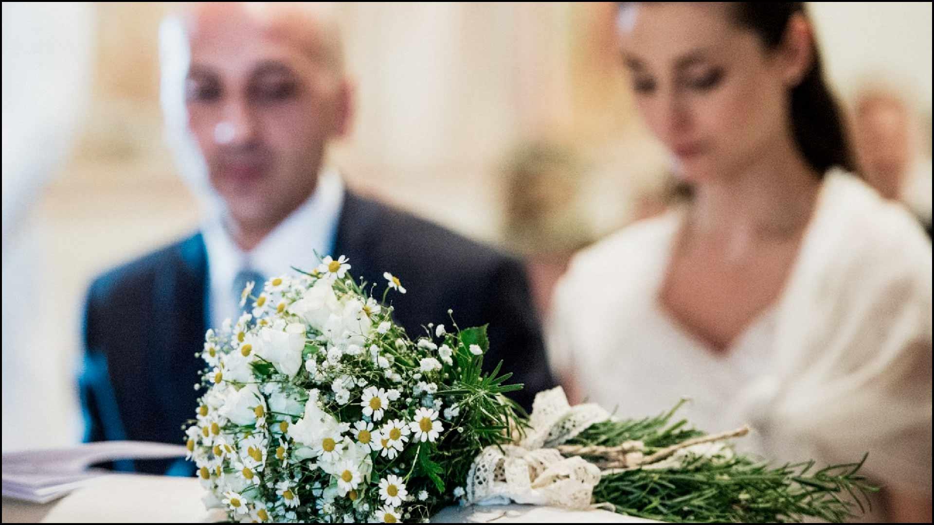 Gli sposi e il bouquet