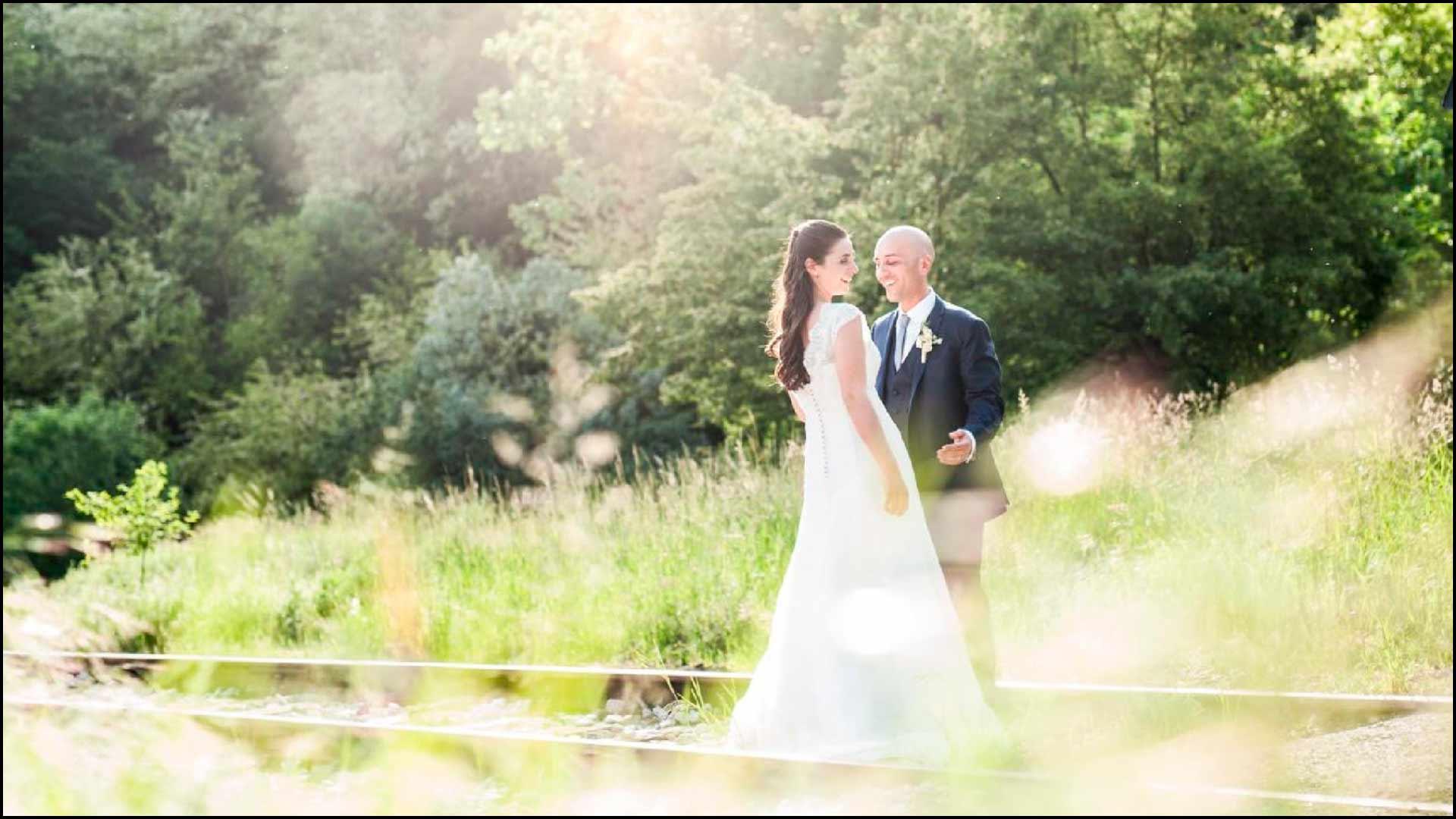 Il fotografo di matrimonio a varese fotografa gli sposi in un momeno di tranquillità
