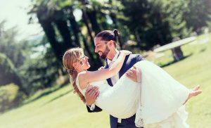 La sposa in braccio allo sposo nel giardino di Villa Borghi, Varese