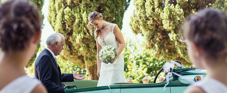 La sposa scende dall'auto